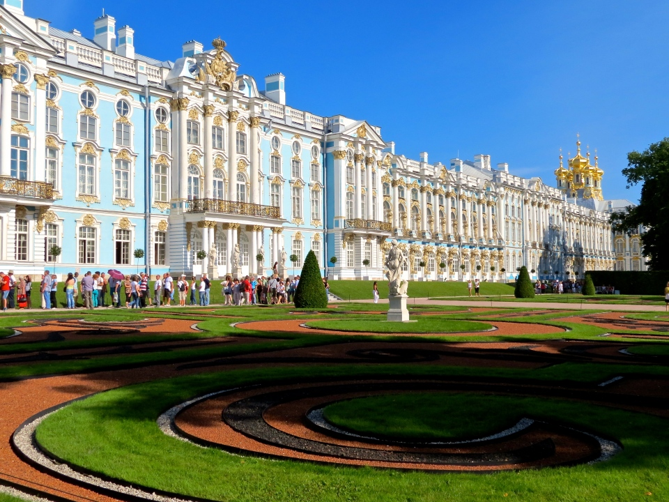 Catherine Palace from the sculpted gardens.