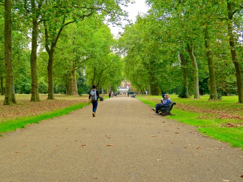 Strolling through Kensington Gardens towards Royal Albert Hall.
