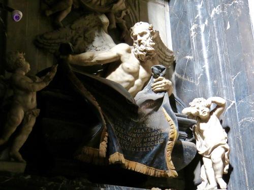 Statuary in Chiesa de Gesu E Maria.