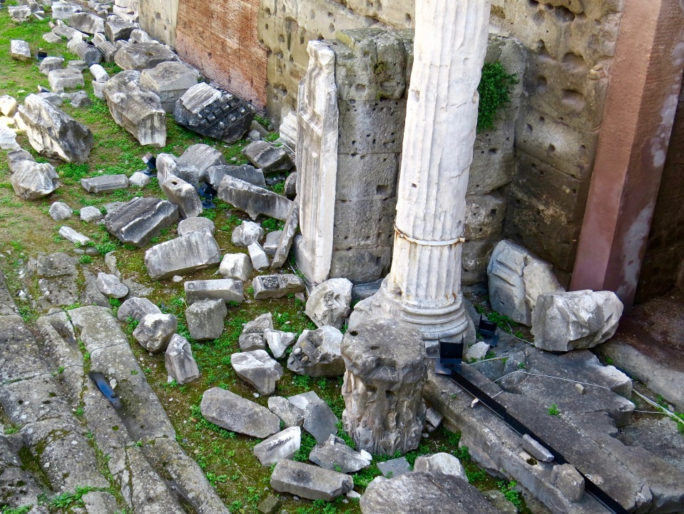 Columns and excavated pieces in the Roman Forum.